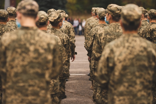 Soldaten bei einer militärparade der soldat grüßt eine kompanie soldaten in formation