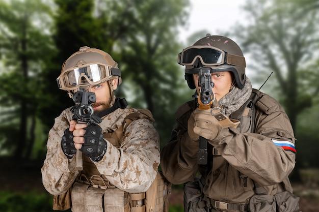 Soldaten der spezialeinheit in einem wald