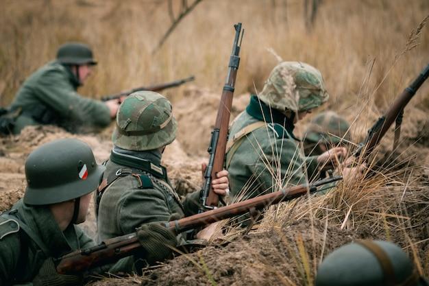 Soldaten der wehrmacht im graben