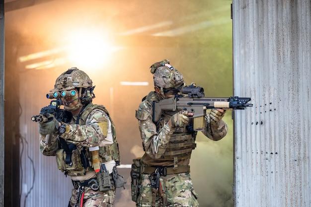 Soldaten in spezialeinheiten, armeesoldat in schutzkampfuniform mit spezialeinheiten im kampf gegen sturmgewehre, militär in schutzkampfuniform.