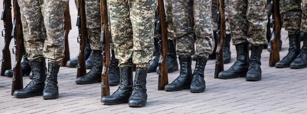 Soldaten marschieren auf dem exerzierplatz
