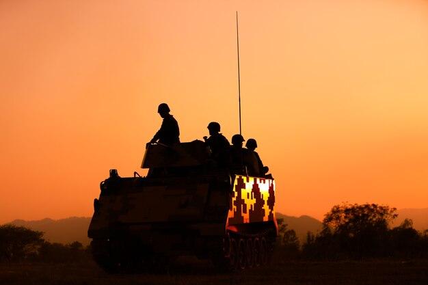 Soldaten silhouetten gegen einen sonnenuntergang. das gewinner-konzept.