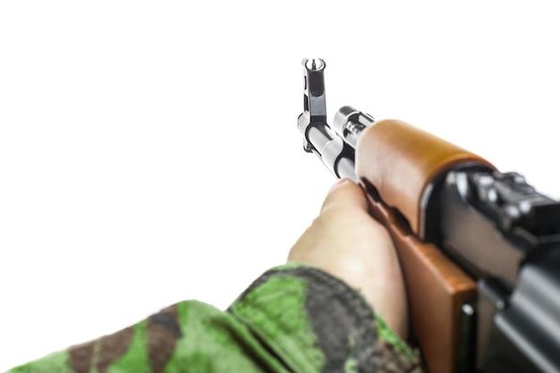 Soldatenhand mit gewehr ak-47 isoliert auf weiß