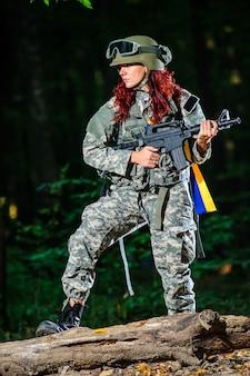 Soldatin im wald