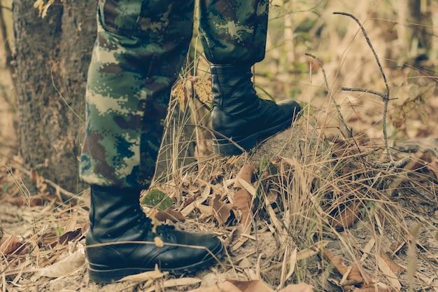 Soldatstand auf dem felsen im naturhintergrund