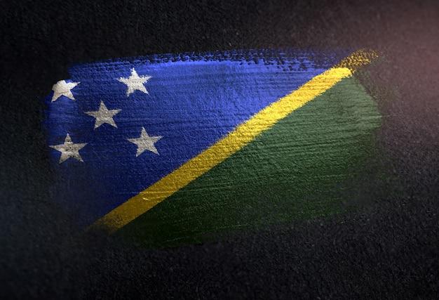 Solomon islands-flagge gemacht von der metallischen bürsten-farbe auf dunkler wand des schmutzes