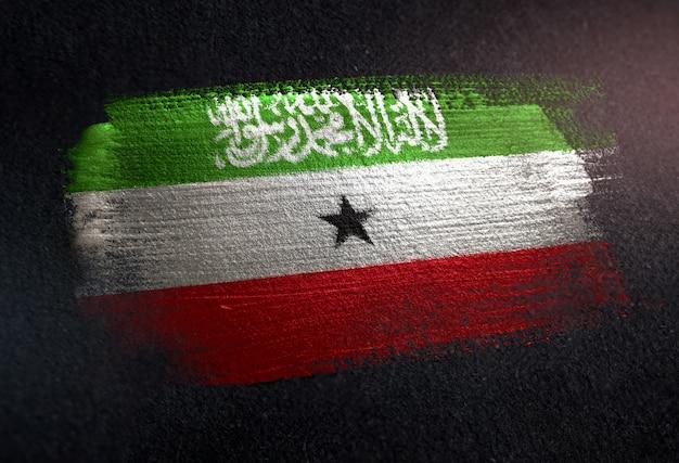 Somaliland-flagge gemacht von der metallischen bürsten-farbe auf dunkler wand des schmutzes