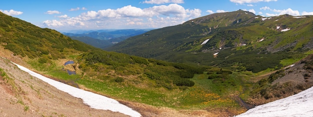 Sommer bergblick mit schnee am berghang (mit ruinen des observatoriums auf chornogora ridge, ukraine). stichbild mit fünf schüssen.