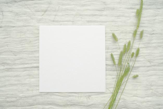 Sommer briefpapier modell szene mit kräutern, vintage spule von baumwollgeflecht, auf einem hellen hintergrund.