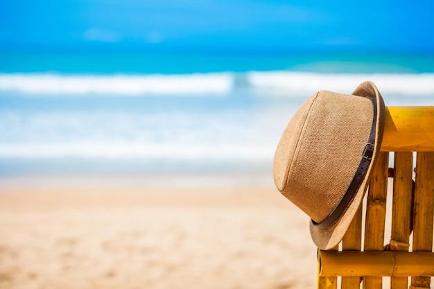 Sommer brown-hut auf dem strand und dem blauen himmel