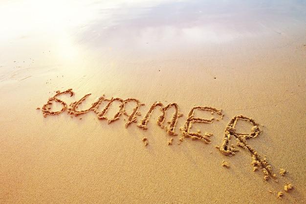 Sommer buchstaben handschriftlich in sand am strand
