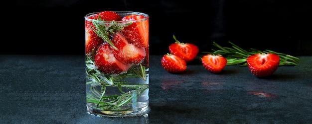 Sommer detox drink mit erdbeeren und rosmarin. erdbeerlimonade. keto-diät. keto trinkt.