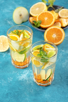 Sommer erfrischende limonade mit orange, zitrone, minze in gläsern