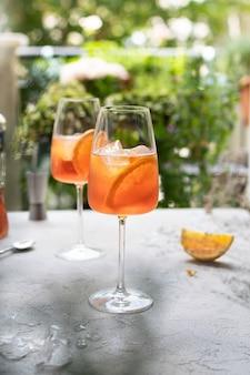Sommer erfrischender aperol spritz cocktail im weinglas