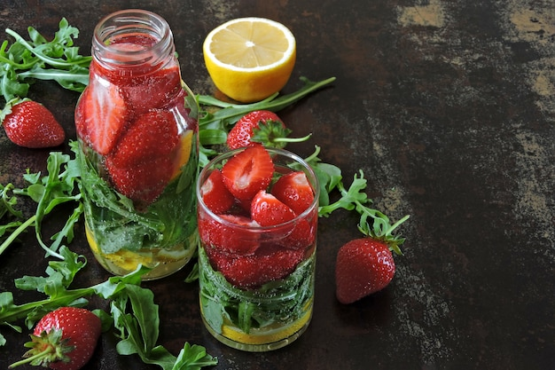 Sommer erfrischendes detoxgetränk erdbeer-zitronen-rucola.