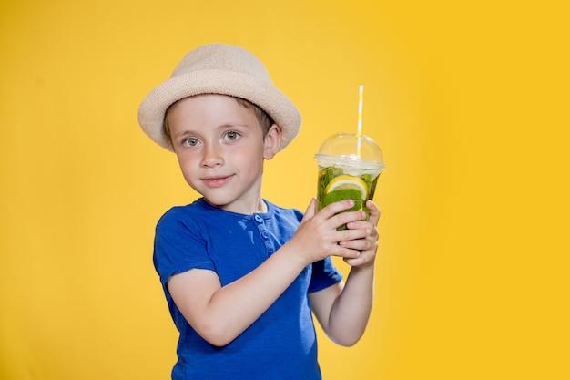 Sommer erfrischung kaltes getränk kleiner junge mit plastikbecher frischer limonade