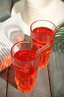 Sommer-erfrischungsgetränk-cocktail mit hut und palmblatt