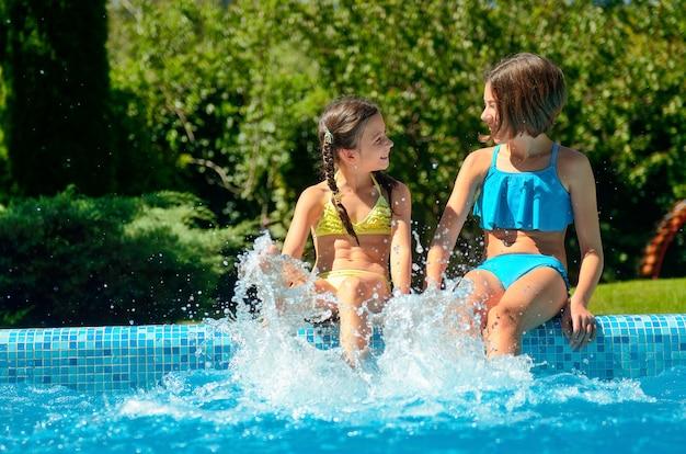 Sommer fitness, kinder im schwimmbad haben spaß und planschen im wasser, kinder im familienurlaub