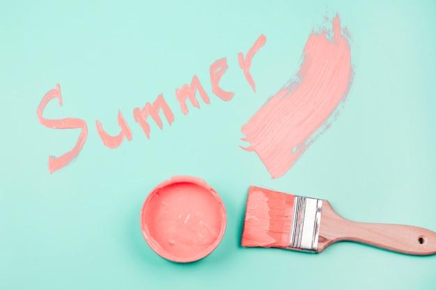 Sommer geschrieben auf den tadellosen hintergrund mit malerpinsel und lackbehälter
