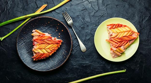 Sommer hausgemachter rhabarberkuchen. klassischer rhabarberkuchen oder -torte.süßes essen
