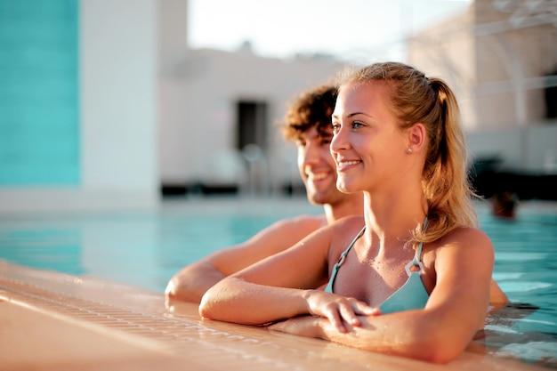 Sommer im pool genießen