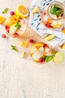Sommer kalt cocktail, obst und beeren weiße sangria