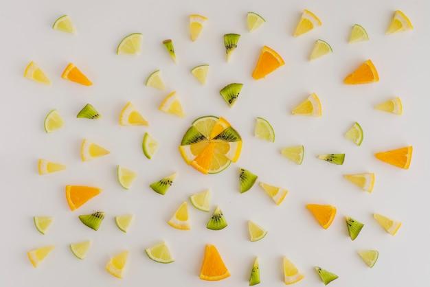 Sommer-komposition mit kiwi, zitrone und orangen portionen