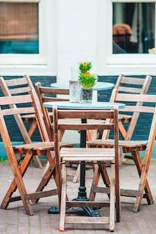 Sommer leer open-air-restaurant in europa