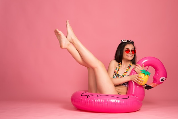 Sommer lifestyle urlaub strand look konzept. schöne frau im bikini