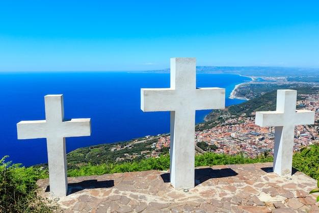Sommer malerische tyrrhenische see kalabrische küste blick vom monte sant'elia (saint elia berg, kalabrien, italien). drei christentumskreuze auf dem berggipfel.