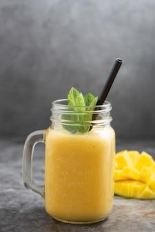 Sommer mango und ananas smoothie. gelber smoothie aus frischen früchten.