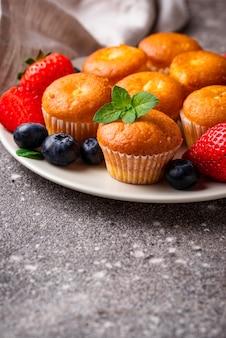 Sommer mini cupcakes mit beeren