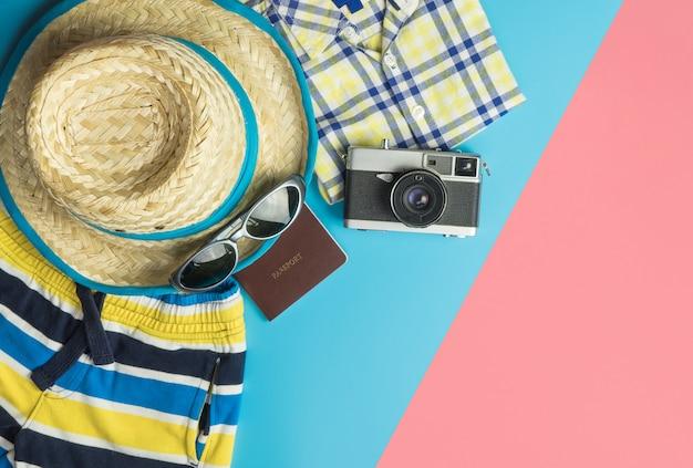 Sommer-reisestrandkonzept mit sommerreisemode und -gegenständen