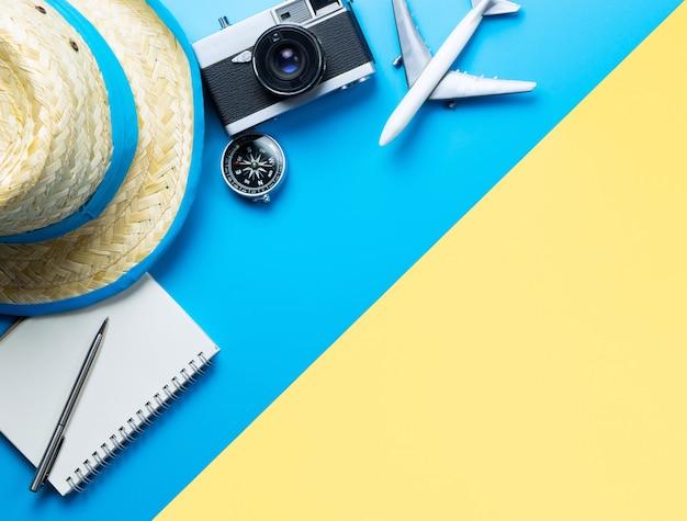 Sommer-reisezubehör auf blauem und gelbem hintergrund copyspace