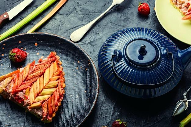 Sommer-rhabarber-torte.tea-party mit kuchen.klassische rhabarber-torte oder -torte.