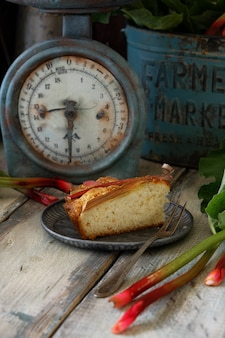 Sommer rhabarberkuchen auf vintage-skala. stück kuchen auf altmodischem teller.
