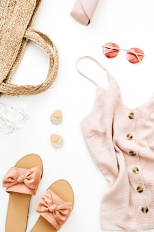 Sommer rosa weibliche kleidung und accessoires auf weißem hintergrund. flach legen