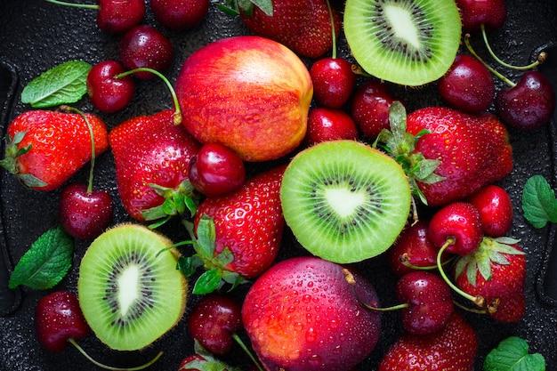 Sommer saftige reife erdbeere, kirsche, kiwi und pfirsiche