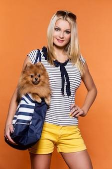 Sommer. schöne blondine mit hund