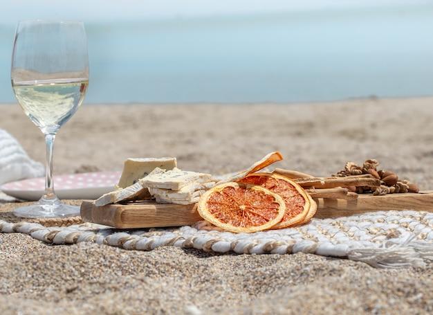 Sommer schönes romantisches picknick am meer. das konzept eines urlaubs.