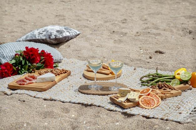 Sommer schönes romantisches picknick am meer. das konzept von urlaub und ruhe.