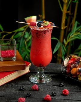 Sommer smoothie mit himbeere, brombeere, erdbeere und eis