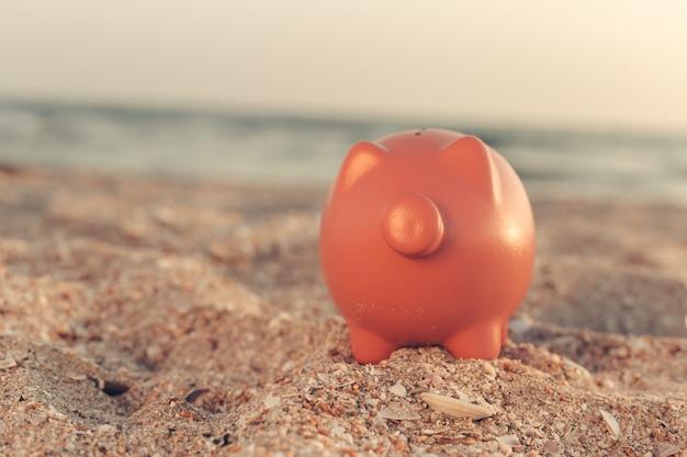 Sommer sparschwein am strand