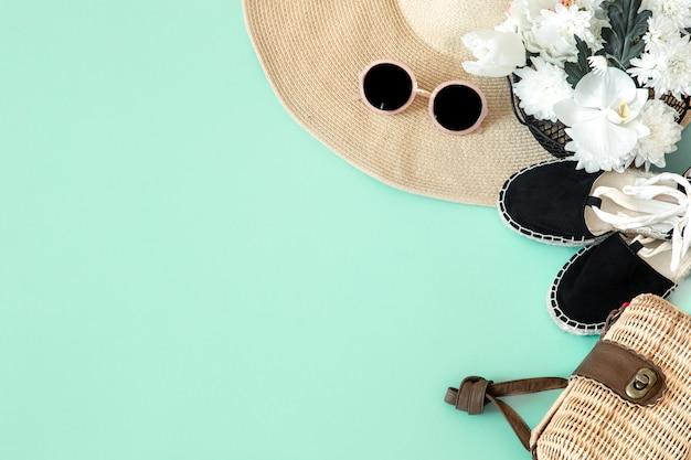 Sommer stilvolle wand mit sommer verschiedenen accessoires.