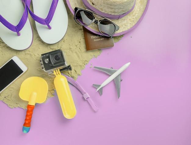 Sommer-strandinsel-reisemodegeräte und -spielwaren auf rosa kopienraum