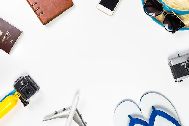 Sommer-strandreise ferienzusätze auf weißem kopienraum in der mitte