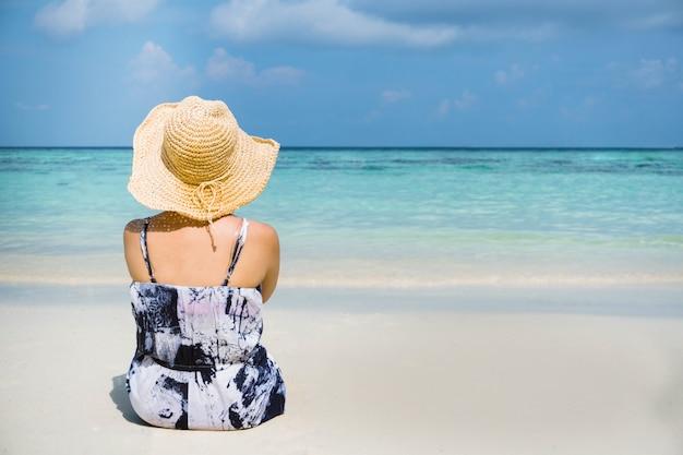 Sommer-strandurlaub-frau entspannen sich am strand in der freizeit.