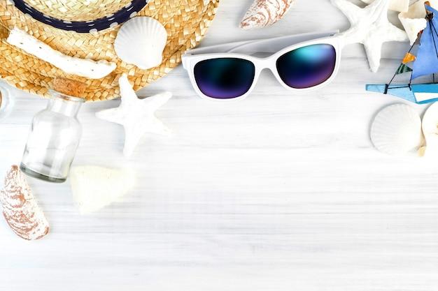 Sommer-strandzubehör auf hölzerner tischplatteansicht
