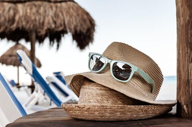 Sommer straw hats on der hölzernen tabelle am strand