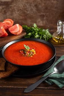 Sommer tomatensuppe gazpacho mit frischem gemüse.